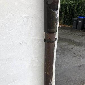 Feuchtigkeit im Keller ueberlaufendes Regenrohr 300x300 - Feuchtigkeit im Keller - Ursachen und Beseitigung